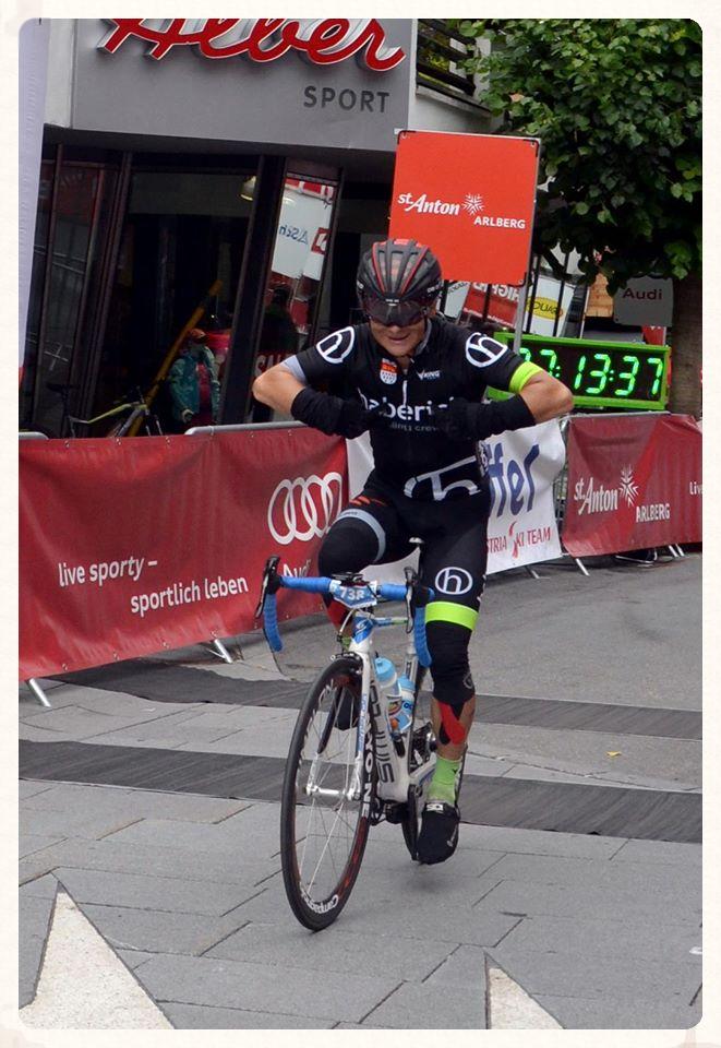In großer Manier den Sponsor auf dem Trikot präsentiert... Arlberg-Giro